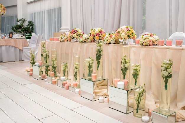 Стол для банкета с цветами для молодоженов Premium Фотографии
