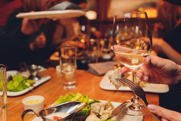 가족 및 친구 상위 뷰와 함께 음식을 즐기는 테이블 프리미엄 사진