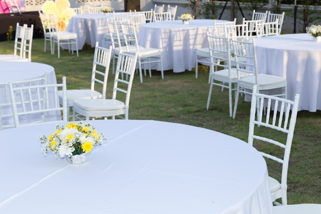 Table outdoor at wedding reception Premium Photo