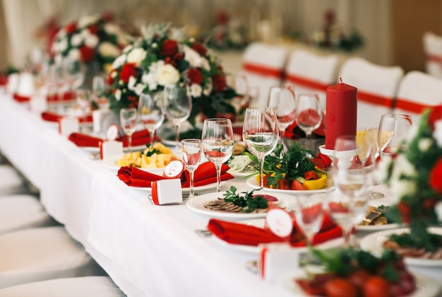 Table set for wedding or another catered event dinner. Premium Photo