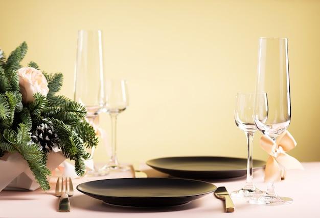 Сервировка стола для праздничного ужина на двоих Premium Фотографии