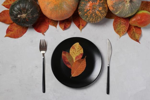 추수 감사절에 테이블 설정 장식 호박, 배 및 회색에 화려한 잎. 위에서보기 프리미엄 사진