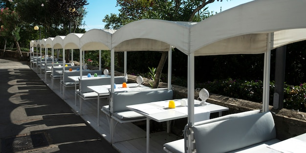 Table setting at sidewalk cafe, capri, campania, italy Premium Photo