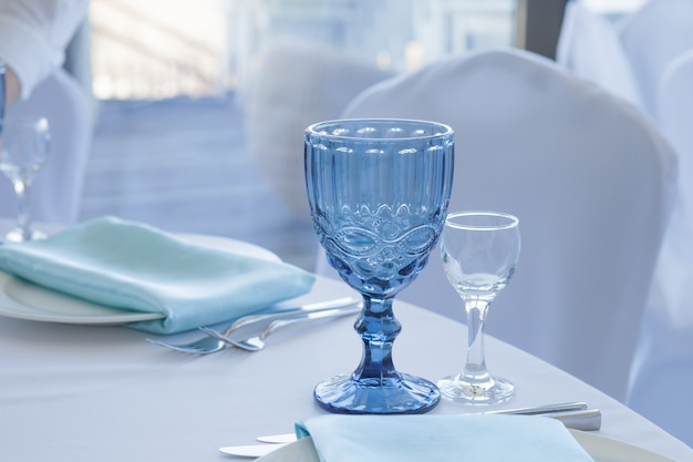 Table setting for wedding table, close-up of glasses Premium Photo