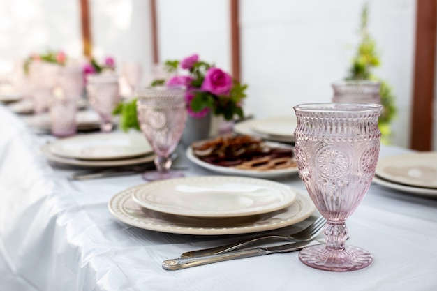 와인 잔, 칼 붙이 및 접시가있는 테이블 세팅 프리미엄 사진