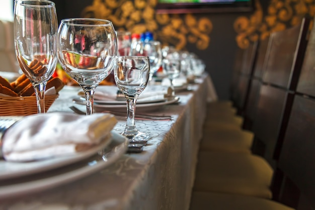 Table setting with glasses, plates, napkins and food Premium Photo