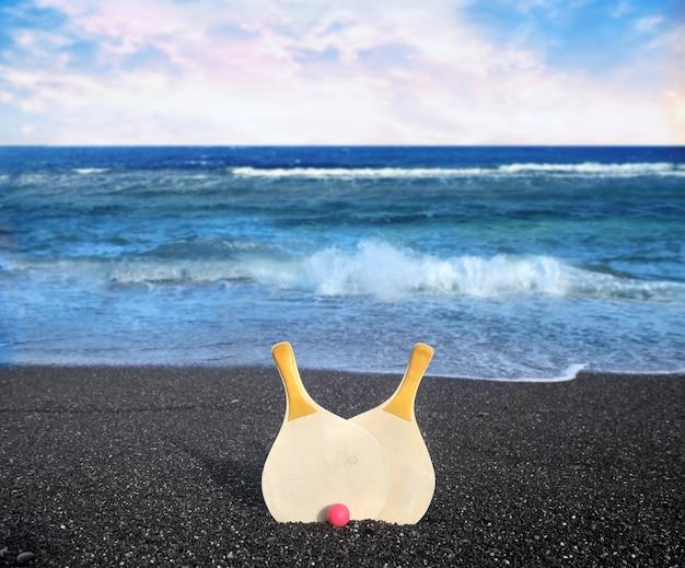 해변에서 탁구 로켓 프리미엄 사진