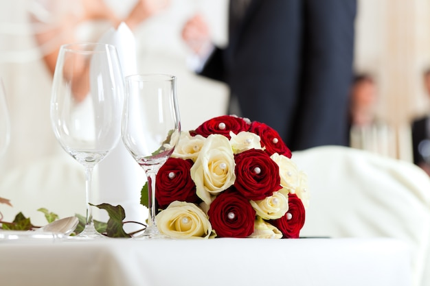 Table at a wedding feast Premium Photo