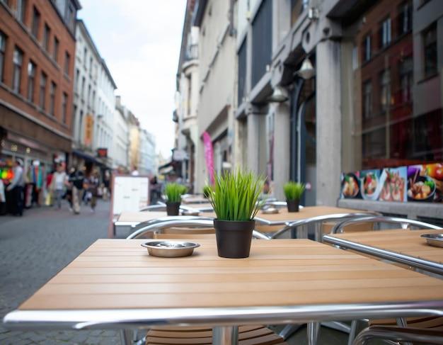 ストリートカフェの花とテーブル Premium写真