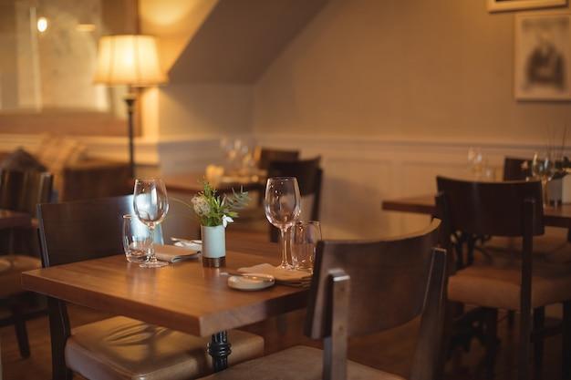空の喫茶店に配置されたテーブルと椅子 無料写真