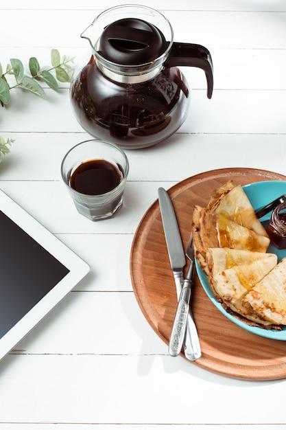 Таблетка и блины с соком. здоровый завтрак Бесплатные Фотографии