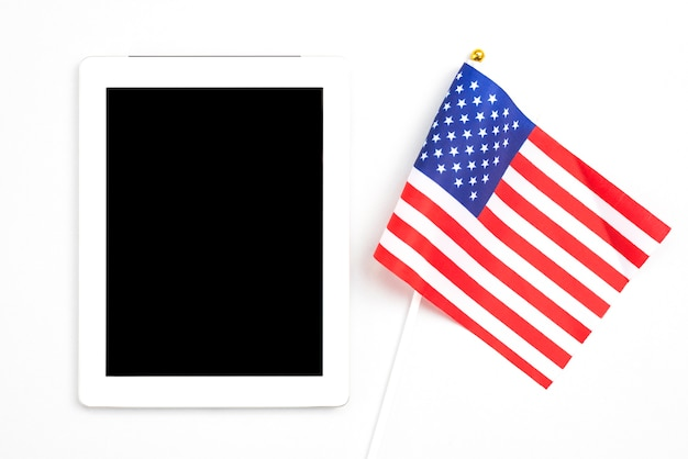 Tablet with blank screen next to american flag Free Photo