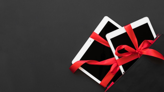 Tablets with ribbons in dark packet Free Photo