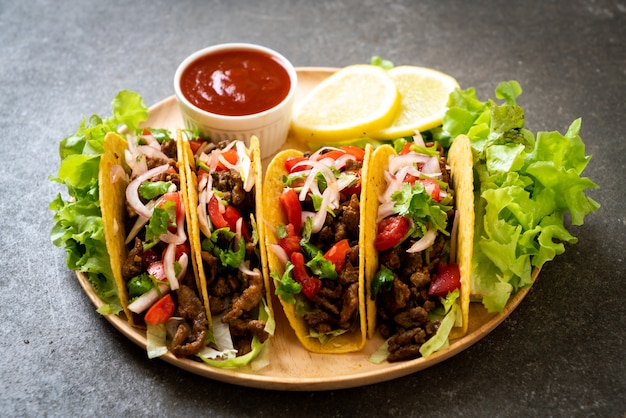 Tacos with meat and vegetables Premium Photo
