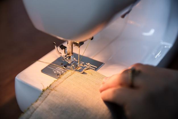 Lavoro a maglia su misura nella macchina da cucire bianca Foto Gratuite