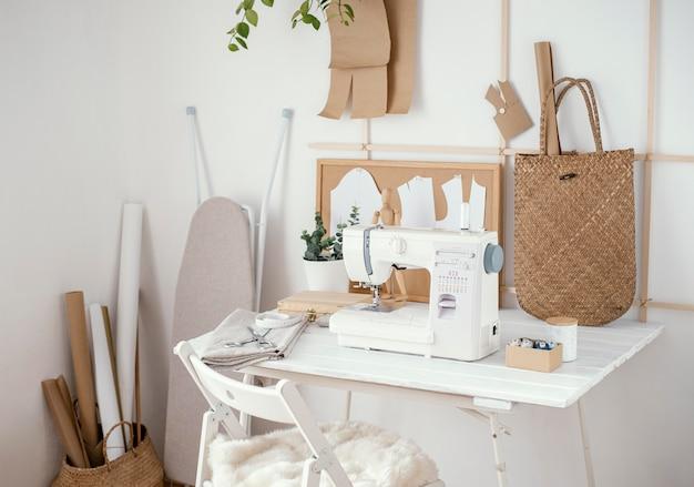 ミシンとテーブルを備えた仕立てスタジオ 無料写真