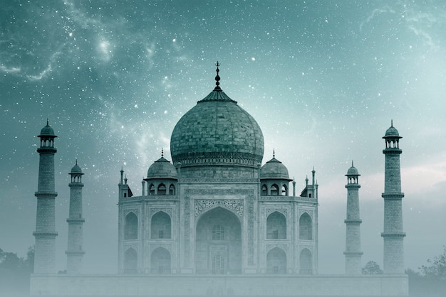 Taj mahal india, night sky with stars and fog over taj mahal in agra Premium Photo