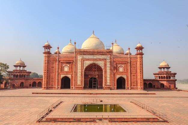 Taj mahal mosque in the taj mahal complex, agra, india. Premium Photo