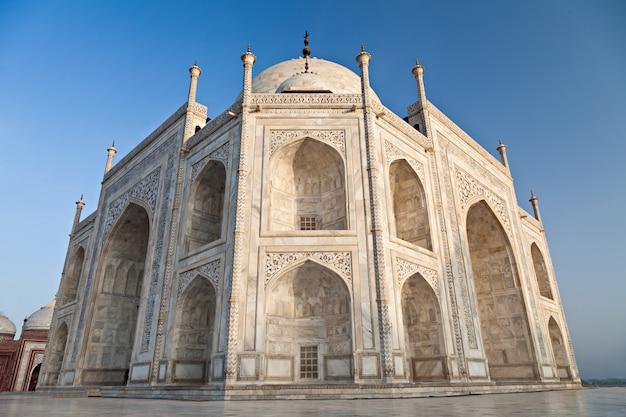 Taj mahal in sunrise light Premium Photo