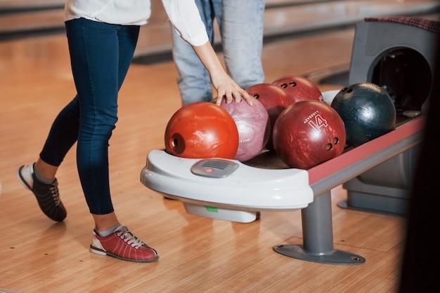 Prendere una palla. vista ritagliata di persone al bowling pronte a divertirsi Foto Gratuite