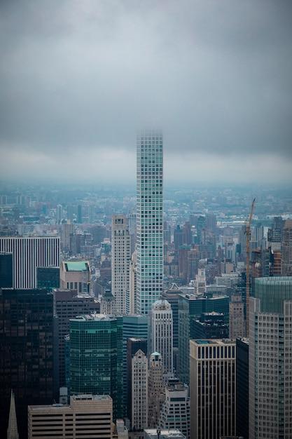 ニューヨークの街並みの外に立つ高層ビル Premium写真