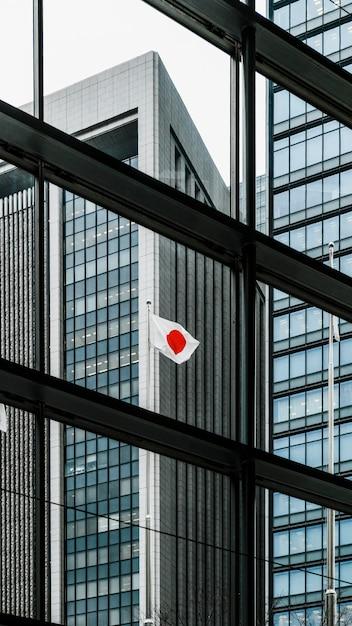 背の高いオフィスの近代的な建物と日の丸 無料写真
