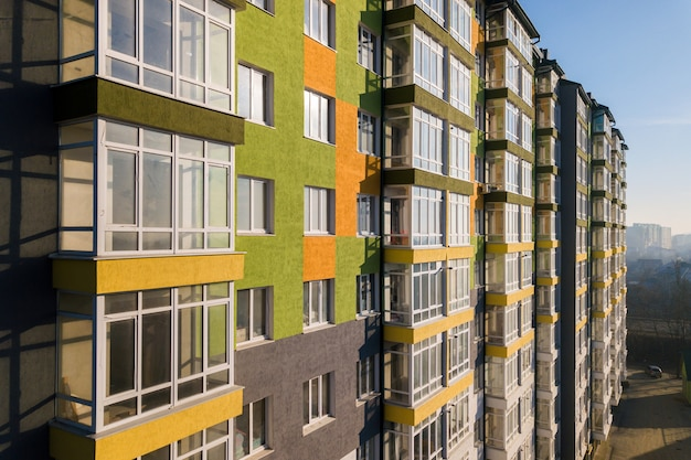 많은 창문과 발코니가있는 고층 주거용 아파트 건물. 프리미엄 사진
