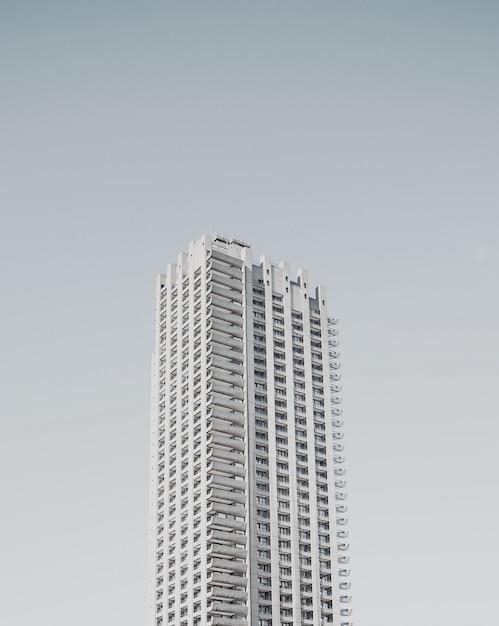 Edificio alto business singolo su bianco Foto Gratuite