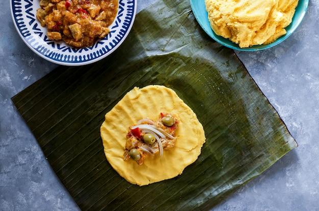 タマレメキシコ、コシーナメキシカーナ、ロスタマレスデラコスタ、バナナの葉 Premium写真