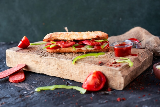 Tandir bread sandwich with turkish sucuk and vegetables Free Photo