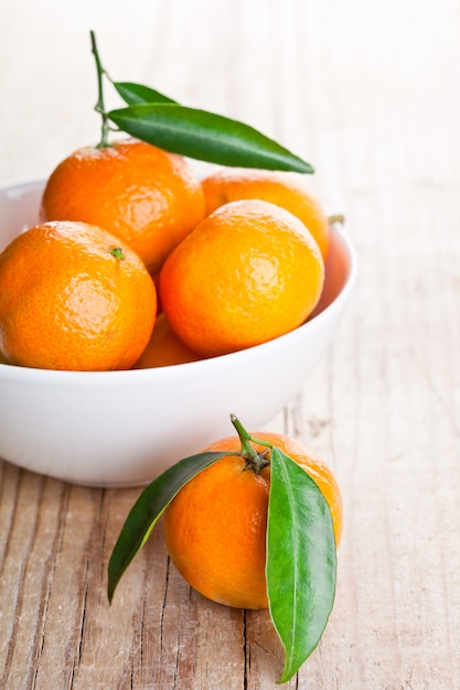 Tangerines with leaves in bowl Premium Photo