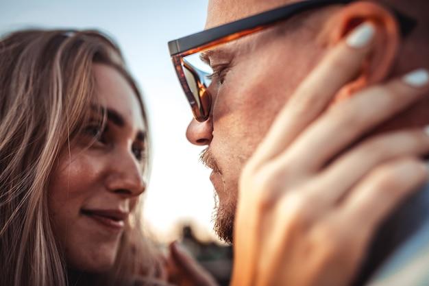 Загорелая молодая кавказская пара, современная любовная история с эффектом зерна пленки и винтажным стилем. Бесплатные Фотографии