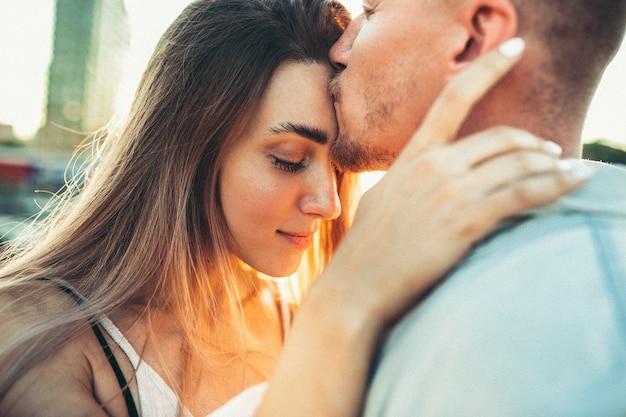Загорелая молодая пара на открытом воздухе Бесплатные Фотографии