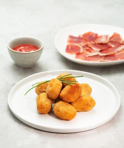 Крокеты тапас, традиционные испанские или французские закуски Premium Фотографии