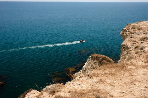 Tarhankutの近くの海でモーターボート Premium写真