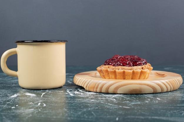 Пирог на деревянной тарелке с чашкой чая. фото высокого качества Бесплатные Фотографии