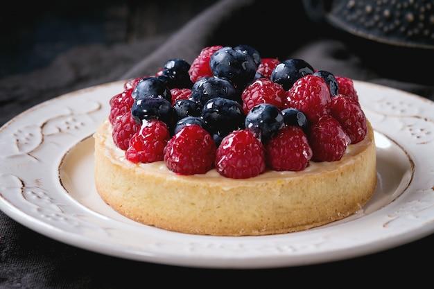 Tart with fresh berries Premium Photo