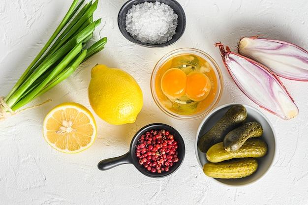 Соус тартар спелые рапс органические ингредиенты каперсы, огурцы, петрушка, лимон и яйца Premium Фотографии