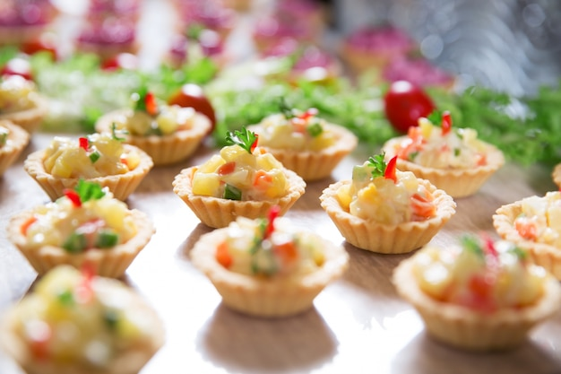 Tartlets with vegetable salad on buffet table Free Photo