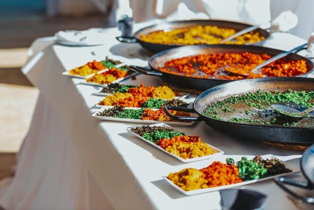 Дегустационная тарелка с различными типами валенсийской рисовой паэльи, испанской кухней. Premium Фотографии