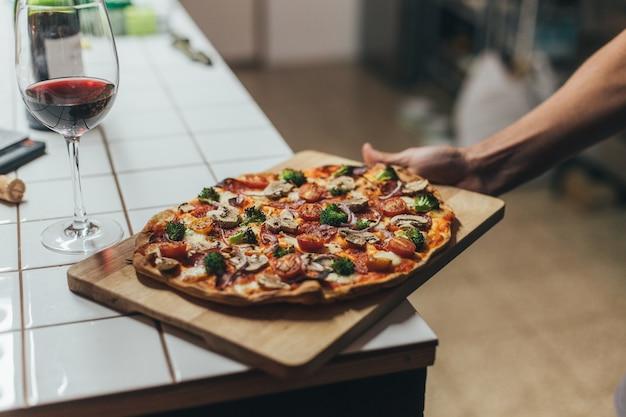 ワインとのロマンチックなディナーのための野菜とチーズとおいしいそしておいしい自家製全粒粉オーガニックとナチュラルピザ 無料写真