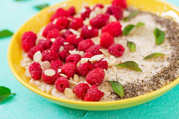 Вкусная и полезная овсяная каша с малиновым и льняным чиа. здоровый завтрак. фитнес-питание. правильное питание Бесплатные Фотографии