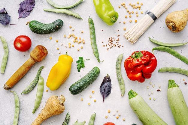 Вкусные аппетитные органические овощи фермы со здоровыми продуктами на светлом фоне. концепция здорового питания. вид сверху Бесплатные Фотографии