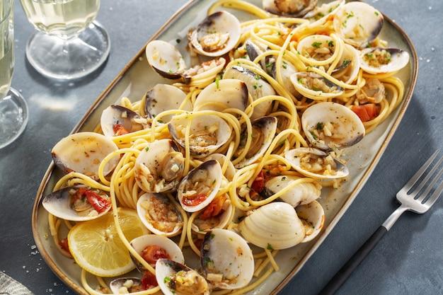 Вкусные аппетитные свежие домашние моллюски алле вонголе морепродукты с чесноком и белым вином на тарелку. крупный план. Бесплатные Фотографии