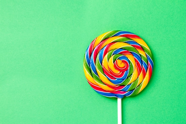 tasty-appetizing-party-accessory-sweet-swirl-candy-lollypop-green-background-top-view_1220-1684.jpg (626×417)
