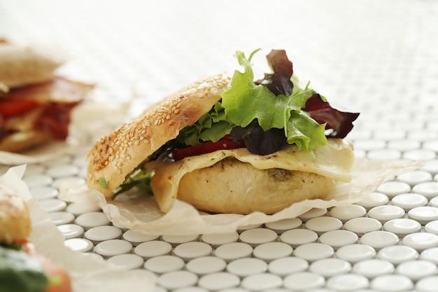 Вкусный бутерброд с бубликом и беконом Бесплатные Фотографии