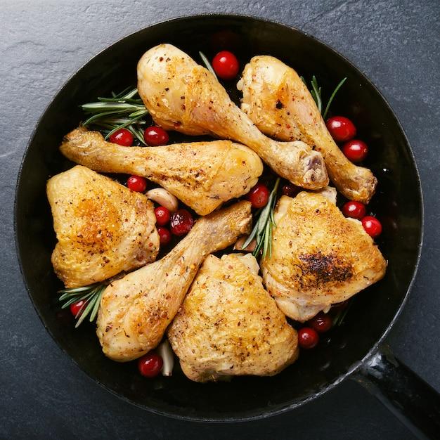 팬에 향신료와 함께 맛있는 구운 된 닭 다리 무료 사진