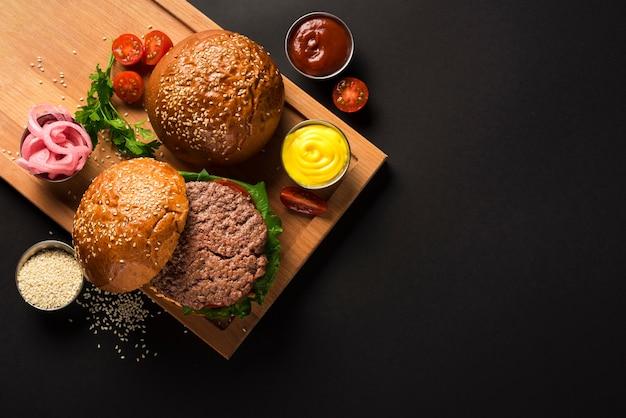 Вкусные котлеты из говядины на деревянной доске с соусами Premium Фотографии