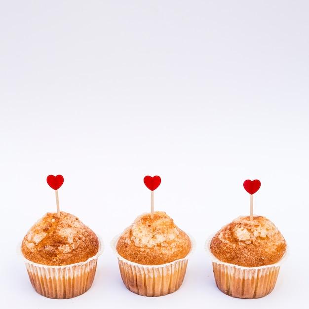 Gustose torte con cuori di ornamento su bacchette Foto Gratuite
