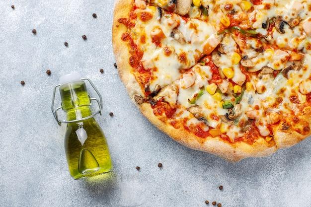 キノコとスパイスのおいしいチキンピザ 無料写真
